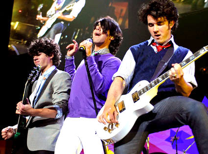 http://www.morethings.com/pictures/music/jonas-brothers-100.jpg